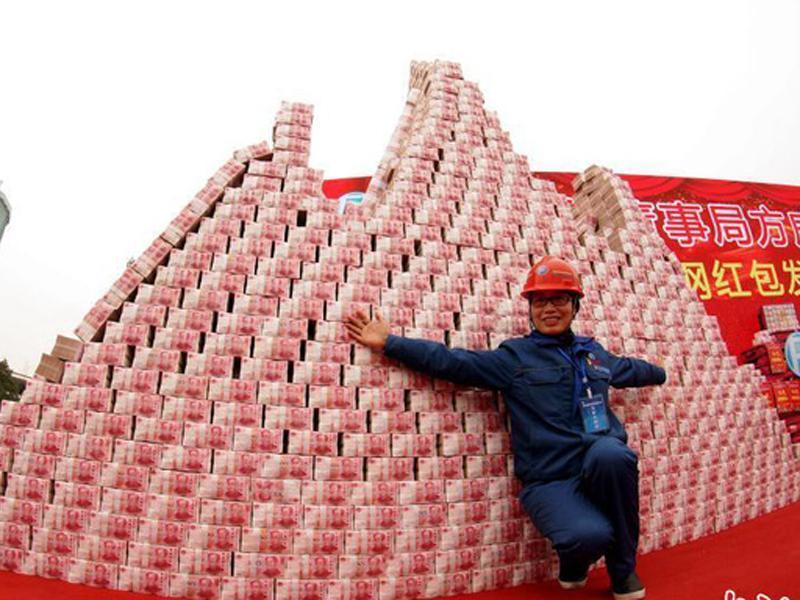 Hình ảnh công nhân đứng trước núi tiền khổng lồ của Fangda